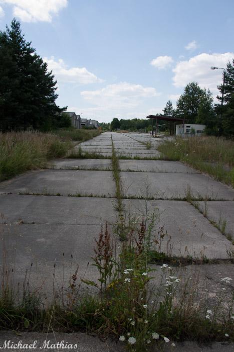 Fahrzeugpark, rechts die Tankstelle