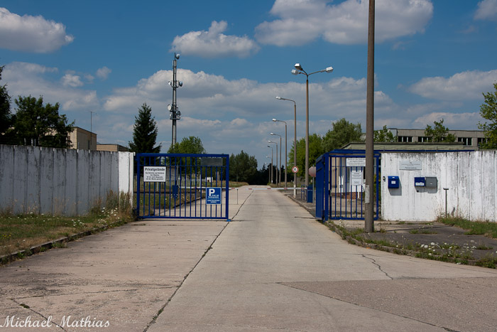 Einfahrt zur Kaserne, rechts KDL